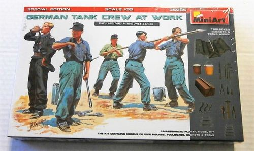 German Tank Crew At Work 1/35